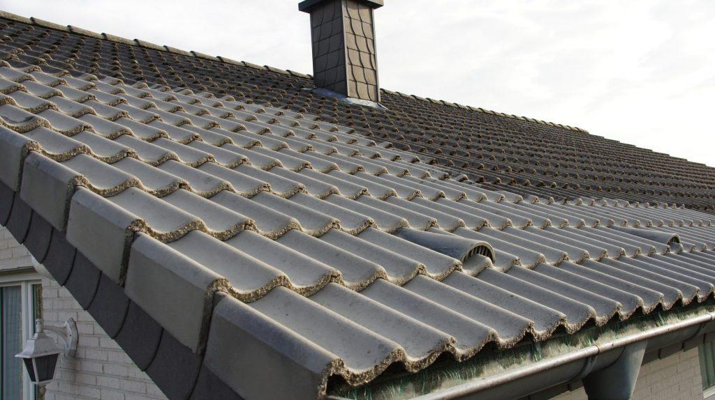 exemple de toiture ayant besoin d'un demoussage sur Le Creusot